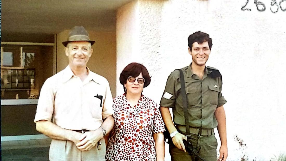 יוסף אלטמן עם הוריו. צילום: ארכיון פרטי