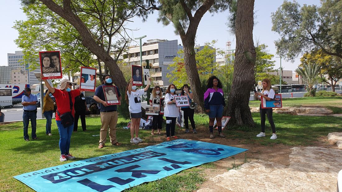 פעילים מוחים מול סניף ויצו באר שבע לציון יום המודעות לחטיפת ילדי תימן, המזרח והבלקן. קרדיט: דנה אילוז
