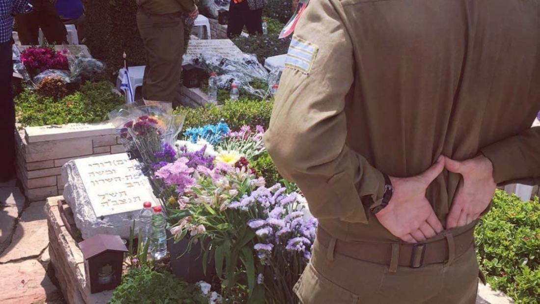 יניב מאירי בקבר אחיו של סבתו