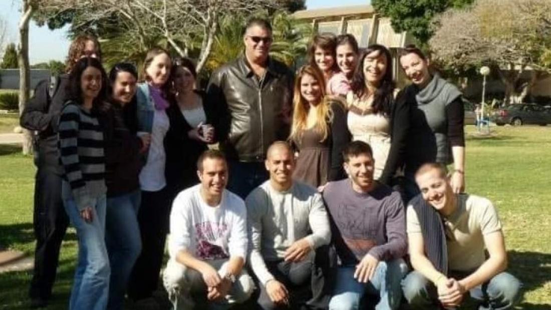 שגיא בשן עם סטודנטים במסלול עיתונות טלוויזיה ממחזור 2010. צילום: אנה פתחוב