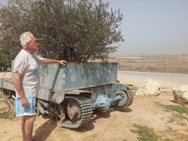 עמוס צפרוני בקיבוץ כפר עזה. צילום: ליאורה זלצברג