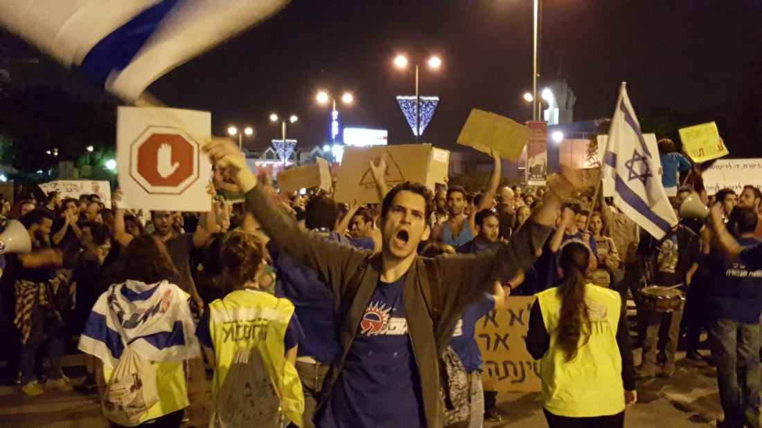 14/11/2015 - לאחר שהרחקתו מהעיר ל-15 יום בוטלה, הוביל בגאון אלון ויסר, ראש תא אופק באוניברסיטת בן גוריון, את ההפגנה נגד מתווה הגז שנערכה בבאר שבע. צילום: דניאל לביא