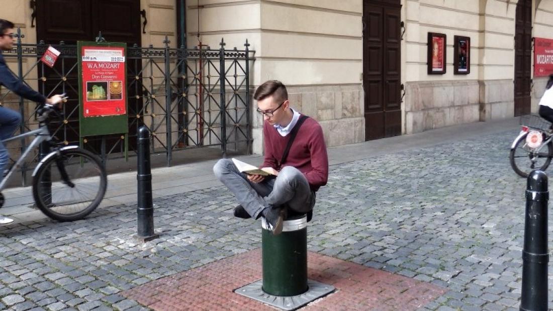 צילום: ג'ייקוב פבלובסקי בתמונה: פבלובסקי קורא ספר ברחוב ציבורי