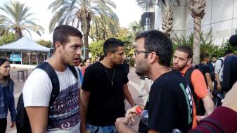 צילום: טל אבוקרט בתמונה: ויכוח בין פעיל שוברים שתיקה וסטודנט לתקשורת