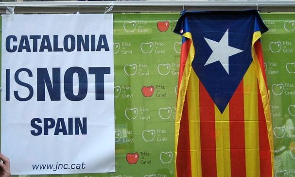 """שלט ובו הכתובת """"קטלוניה היא לא ספרד"""". צילום: Christian Van Der Henst S., flicker"""