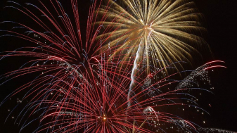 https://pixabay.com/en/fireworks-spectacle-colorful-572621/
