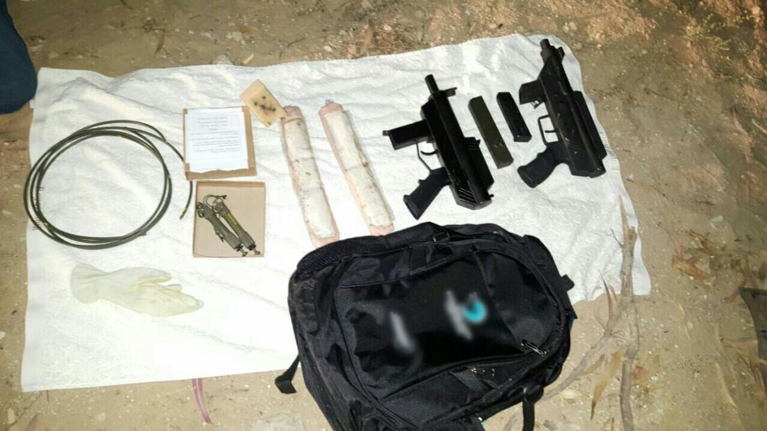 אמצעי הלחימה שנמצאו בדירת הסטודנטית. צילום: דוברות המשטרה