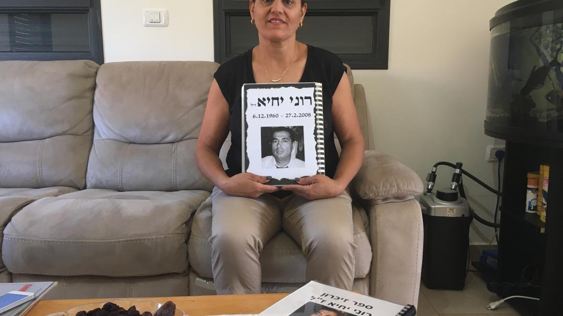 אסתי יחיא, מחזיקה בספר זיכרונות וכתבות. צילום: ירדן לאור