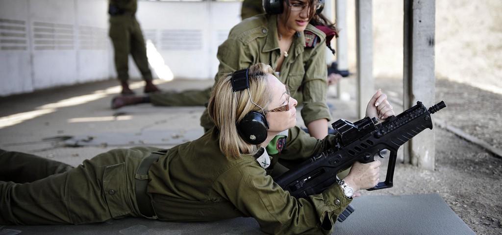 """קצינה באימון קליעה. צילום: אורי שיפין, דובר צה""""ל"""