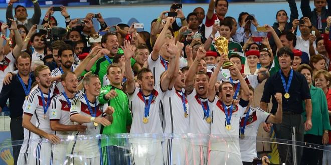 נבחרת גרמניה מניפה את גביע העולם. צילום: Agência Brasil