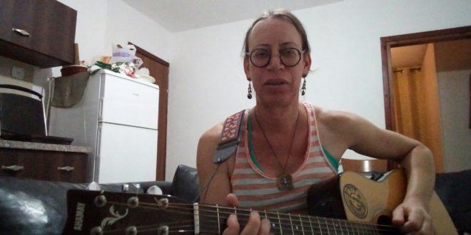 הדר והגיטרה. צילום ביתי
