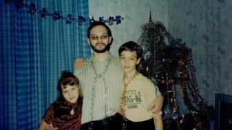 אני, אבי ואחותי הקטנה באחת החגיגות של נובי גוד באוקראינה. מתוך האלבום הפרטי