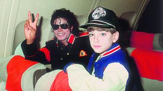 """מייקל ג'קסון עם אחד מגיבורי הסרט. צילום מסך מתוך """"לעזוב את נוורלנד"""""""