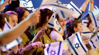 """חיילים מנופפים בדגלי ישראל. צילום: קובי גדעון, לע""""מ"""