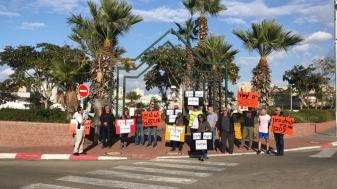 מפגינים נגד בניית מלון הילטון, 70 מטר מקו החוף. צילום: ארנולד נטאיי