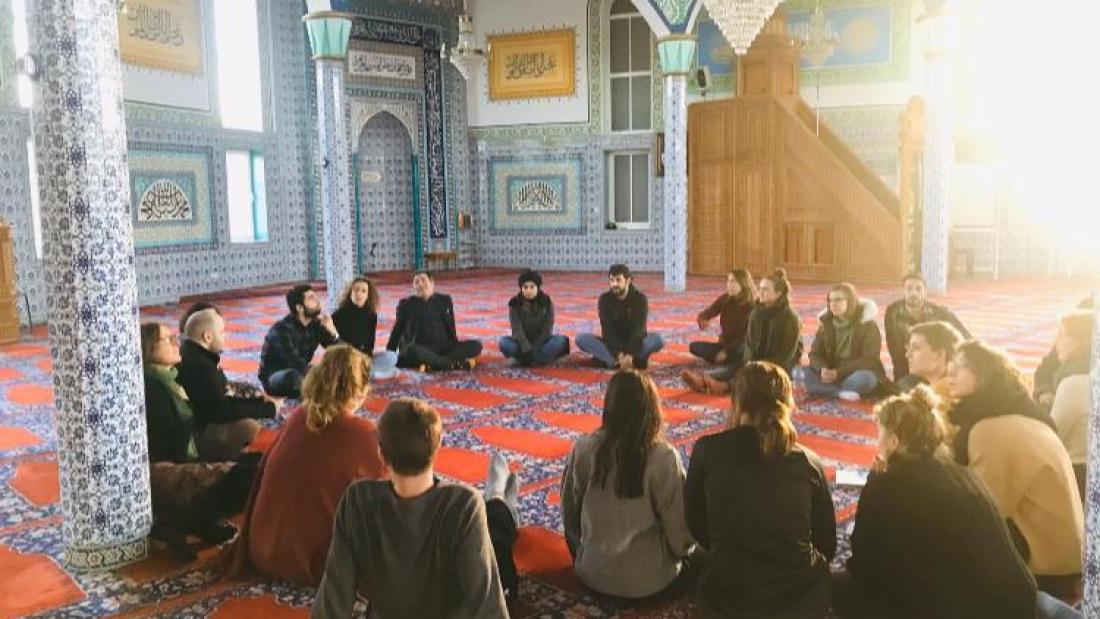 הסטודנטים במשלחת מבקרים במסגד הראשון בברמן. צילום: ארנולד נטאיי