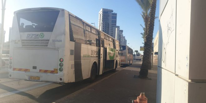 """אוטובוס של חברת """"אפיקים"""", התחנה המרכזית באשדוד. צילום: ארנולד נטאיי"""