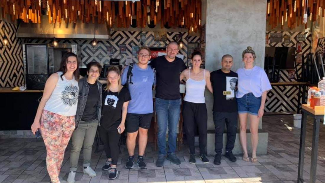 """מתנדבים של """"הרוב המתון"""" שסייעו לעסק שנפגע בבת-ים. התמונה באדיבות קבוצת הפייסבוק """"הרוב המתון"""""""