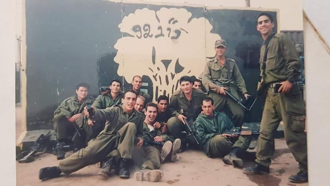 דניאל הלר (מימין) ביחד עם החיילים וסמל החטיבה בגלגלית 1993